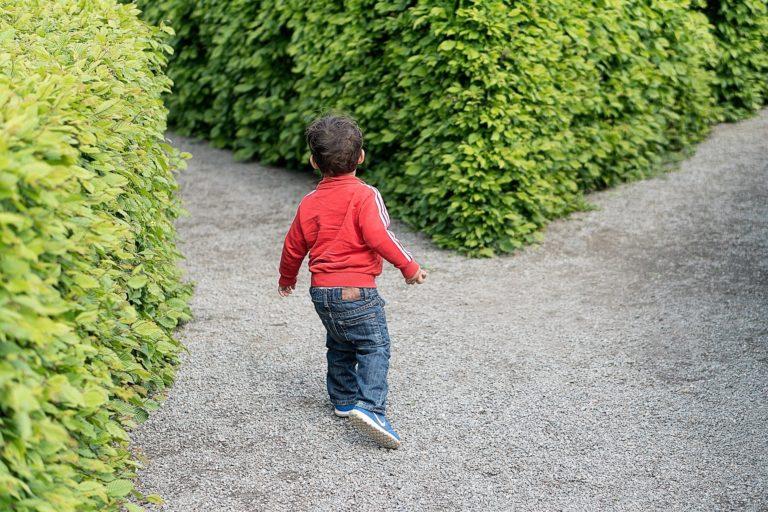 Photographie d'un enfant dans une allée